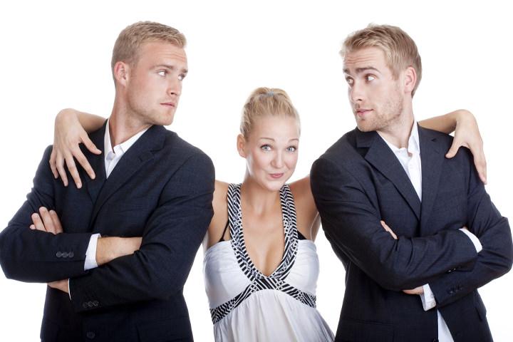 Mulher com Dois Homens Loiros